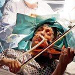 مريضة تعزف الكمان أثناء الخضوع لجراحة استئصال ورم