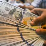 الدولار يتراجع قليلا بفعل تحفيز مالي أمريكي ضخم