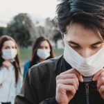 «الصحة العالمية» ترجح احتمالية انتقال فيروس كورونا عن طريق الجو