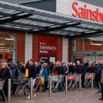 وزراء بريطانيون يحذرون المتاجر الكبرى بشأن تخزين الطعام