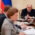 رئيس الوزراء الروسي يطلب من حكام المناطق فرض قيود على التنقلات مثل موسكو