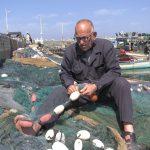 صياد فلسطيني يحافظ على مهنة غزل الشباك من الاندثار.. هذه قصته