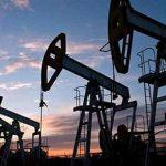 النفط ينخفض بفعل قفزة في الإصابات بكورونا