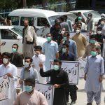الشرطة الباكستانية تشتبك مع أطباء احتجوا على نقص معدات الحماية من كورونا