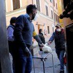 انخفاض عدد الإصابات والوفيات اليومية بسبب كورونا في إيطاليا