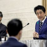 رئيس الوزراء الياباني: «من فضلكم.. تجنبوا الخروج»