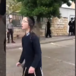 طفل إسرائيلي يعطس في وجه قوات الشرطة لنقل عدوى كورونا