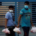 سنغافوري يعد طعاما للعمال المهاجرين في العزل العام بمناسبة عيد الفطر
