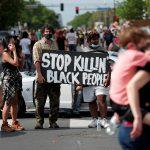 سلب ونهب وسط احتجاجات في مدينة أمريكية بعد مقتل رجل أسود على يد الشرطة