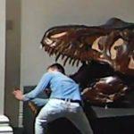 شاب يقتحم متحفا لالتقاط «سيلفي» مع الديناصور