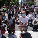 الأمريكيون يتحدون حظر التجول للاحتجاج على عنف الشرطة