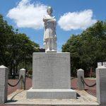 محتجون أمريكيون يسقطون تمثالا لكريستوفر كولومبوس