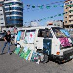 شاحنة تعرض لوحات فنية في شوارع غزة