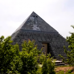 مجسم للهرم الأكبر في قرية روسية