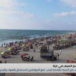 إقبال كبير من المواطنين على السباحة في شاطئ البحر بقطاع غزة بعد توقف ضخ المياه العادمة