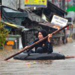 السيول تقتل 30 وتشرد المئات في إندونيسيا