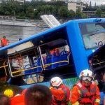 وفاة 21 شخصا في حادث سقوط حافلة في بحيرة بالصين