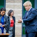 جونسون يعلن تجميد خطة تخفيف قيود كورونا في بريطانيا
