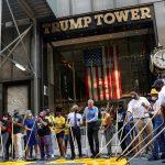 رئيس بلدية نيويورك يكتب «حياة السود مهمة» أمام برج ترامب