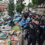 الشرطة تزيل مخيما للمهاجرين بالقرب من شمال باريس