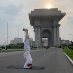 قف على يديك.. سفير السويد ينقل اليوجا إلى شوارع كوريا الشمالية