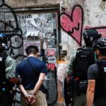 شرطة هونج كونج تعتقل مشتبها به في طعن شرطي وسط احتجاجات