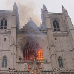 اندلاع حريق ضخم في كاتدرائية نانت بغرب فرنسا
