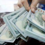 الدولار يعاود الهبوط بفعل بيانات الاقتصاد العالمي ونتائج الشركات الأمريكية