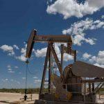 النفط يهوي بفعل بيانات ضعيفة للاقتصاد الأمريكي وضبابية سياسية