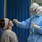 اختبارات إلزامية وتتبع المصابين بكورونا لتجنب الموجة الثانية