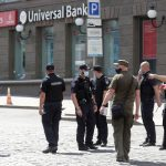 وزير الداخلية: رجل يُشتبه بأنه مسلح يحتجز رهينة في بنك بأوكرانيا