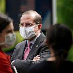 الفحوص والكمامة في انتظار وزير الصحة الأمريكي خلال زيارته لتايوان
