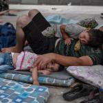 لاجئون يغادرون «مخيم الجحيم» في اليونان إلى «قارعة الطريق»