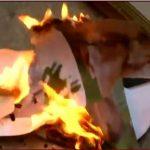 شاهد.. متظاهرون يحرقون صورة الرئيس اللبناني