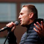 أطباء روس يسمحون للمعارض البارز نافالني بالسفر إلى ألمانيا