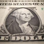 انخفاض الدولار لأقل مستوى في شهر بفعل آمال التحفيز الأمريكي