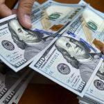 الدولار يهوي لأدنى مستوى في أكثر من عامين