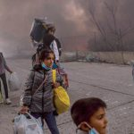 انتقال غالبية المهاجرين في ليسبوس اليونانية إلى مخيّم جديد