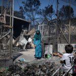 امرأة حزينة عقب حريق مخيم للاجئين في اليونان