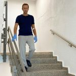 المعارض الروسي نافالني ينشر صورة له وهو يمشي على قدميه