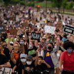 محتجون يقاضون مدينة كينوشا بدعوى مخالفة الاعتقالات وحظر التجول للدستور الأمريكي