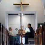 «غرفة الرب» حجرة زجاجية لمنع تفشي كورونا داخل كنيسة كندية
