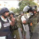 قوات الاحتلال تطلق قنابل غازية على فلسطينيين في باب الزاوية