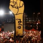 متظاهرو لبنان يرفعون مجسم قبضة الثورة من جديد