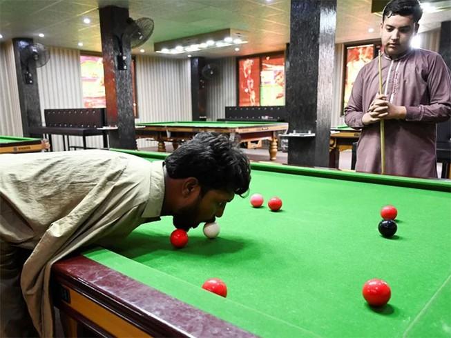باكستاني أبتر الذراعين يحقق شهرة في البلياردو | قناة الغد