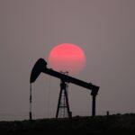 النفط يتراجع بفعل مخاوف الطلب وشكوك حول اللقاح