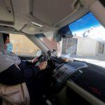 من أجل لقمة العيش.. فلسطينية تغرد خارج السرب وتعمل سائقة سيارة أجرة