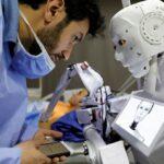 مخترع مصري يجري تجارب على روبوت يمكنه إجراء اختبارات كورونا