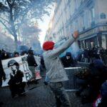 الشرطة الفرنسية تطلق الغاز المسيل للدموع لتفريق المتظاهرين
