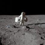 صورة أرمسترونج على سطح القمر في المزاد